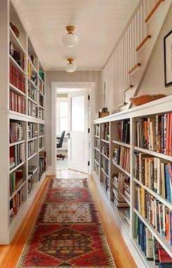 que no falten los libros, estanterías en el pasillo