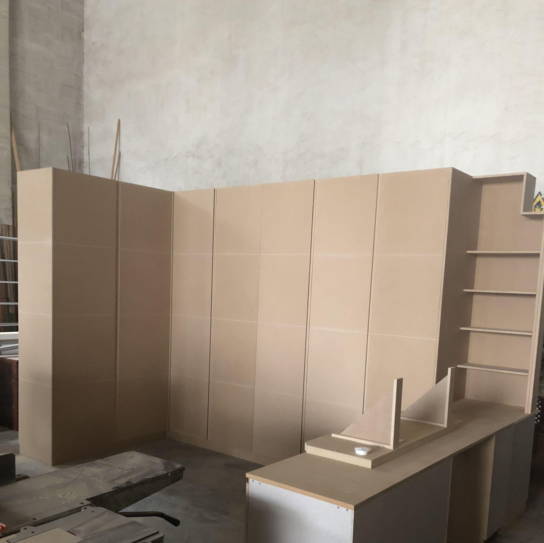 Armario con estantería y mesa de trabajo preparado para lacar
