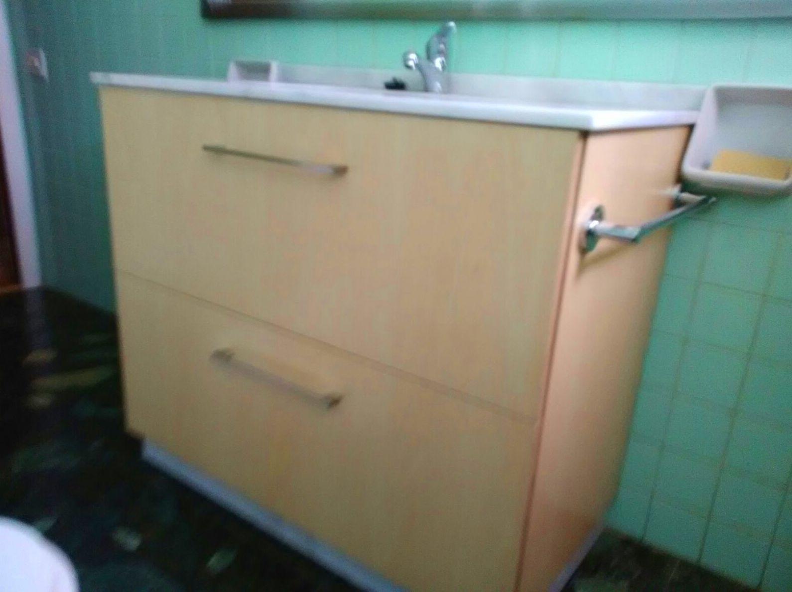 Mueble de baño en tablero marino, encimera en mármol blanco