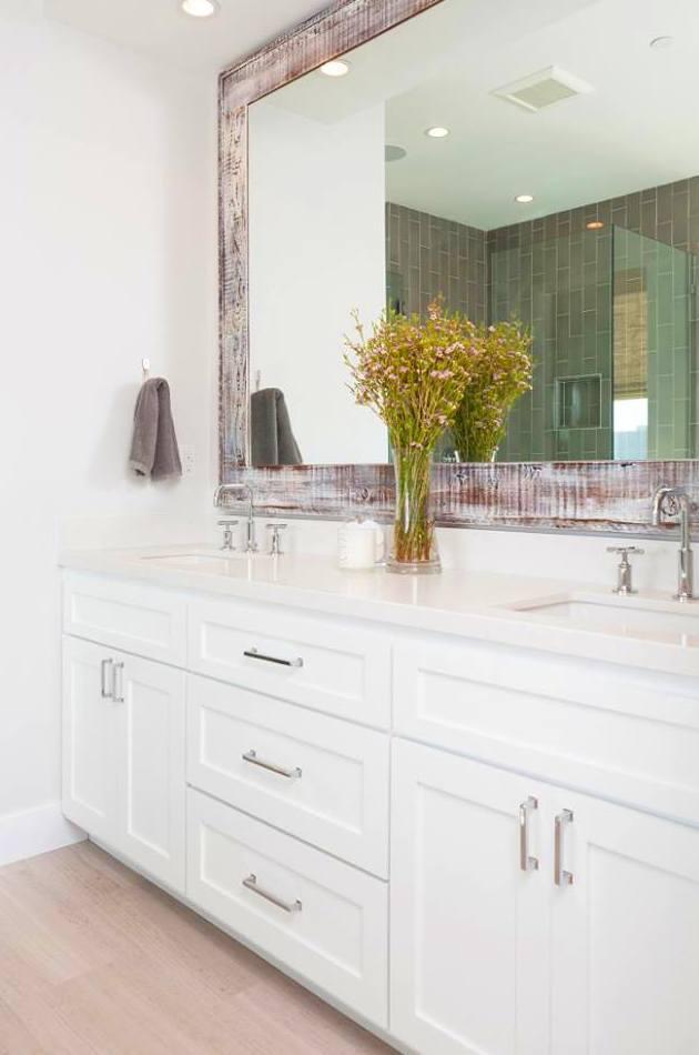mueble baño lacado en blanco, espejo patinado efecto envejecido