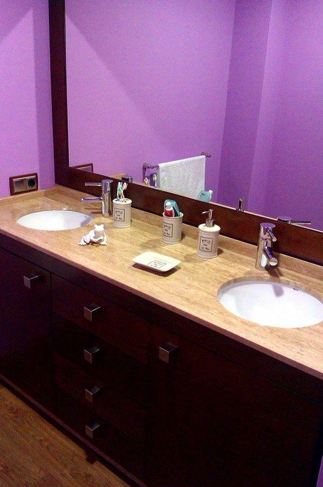 Mueble de baño con encimera en mármol travertino y marco con espejo