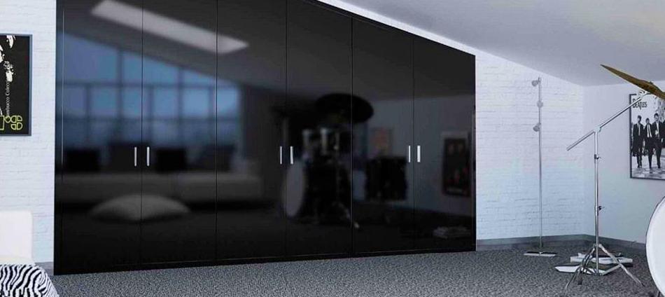 armario abuhardillado lacado en color negro brillo