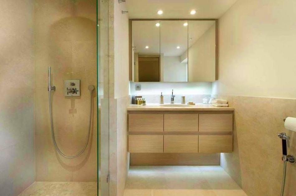 mueble de baño barnizado en natural