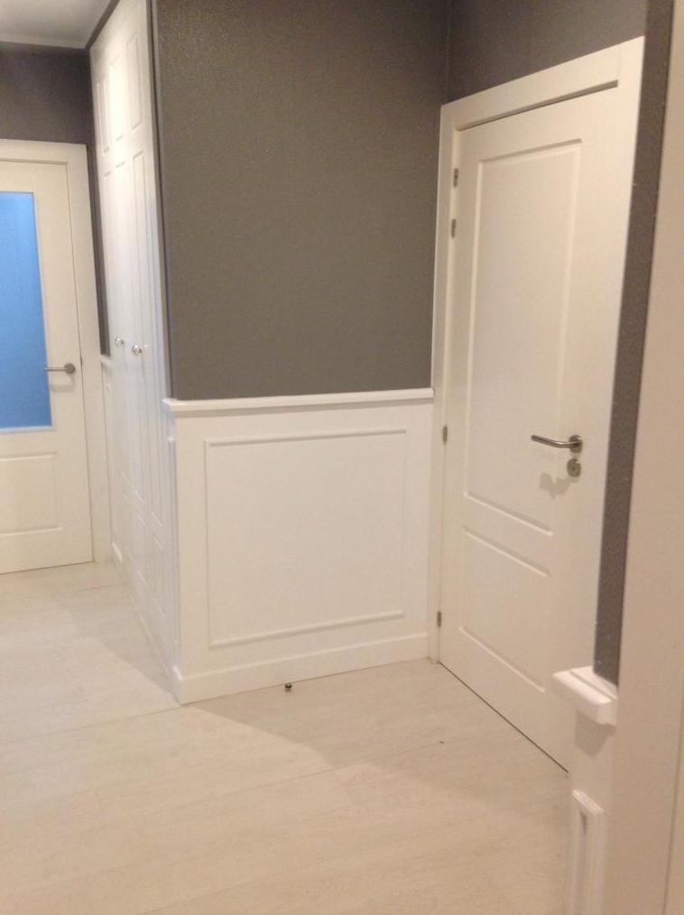 Lacado en color blanco de carpintería y zócalos altos