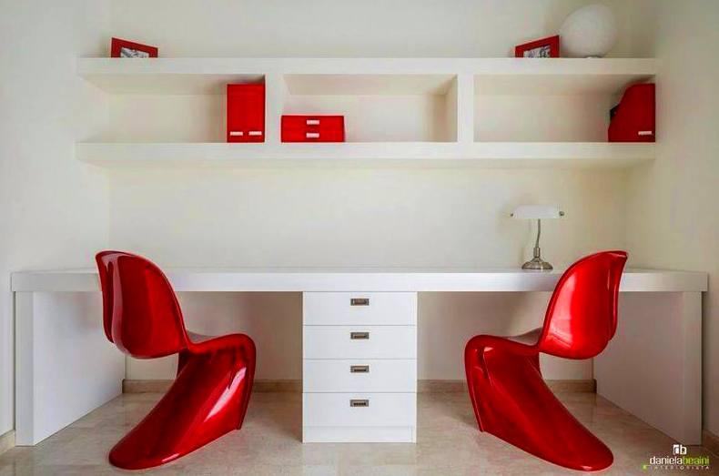 estantería y mesa de estudio