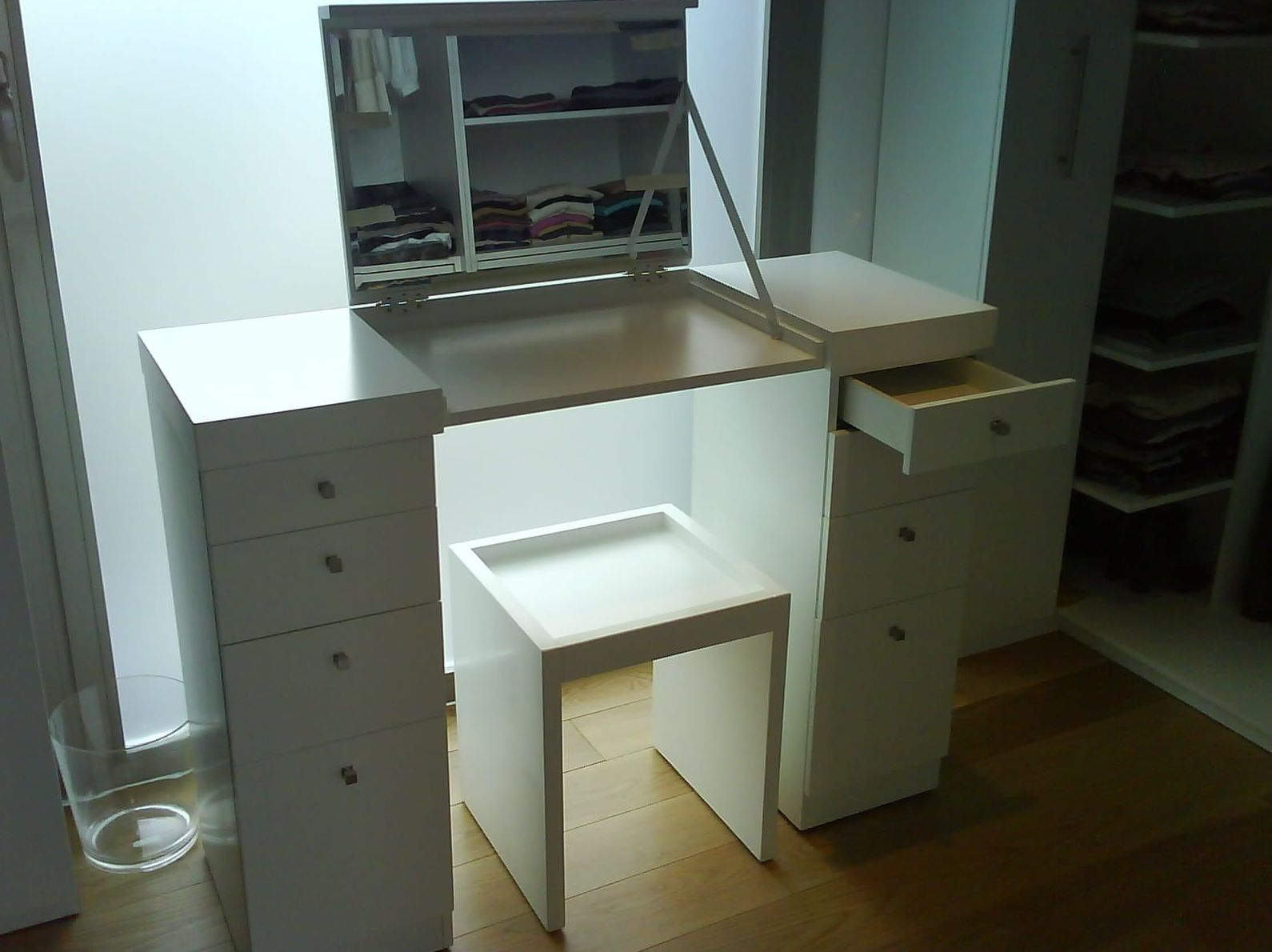 Mueble con tapa y espejo lacado en blanco