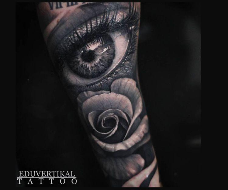 Tatuaje de ojo y rosa
