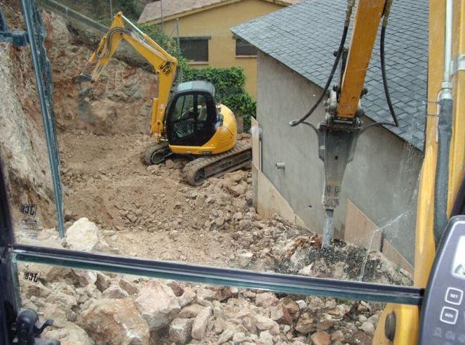 Rebaje de terreno en la parte trasera de la vivienda para ampliar zona terraza