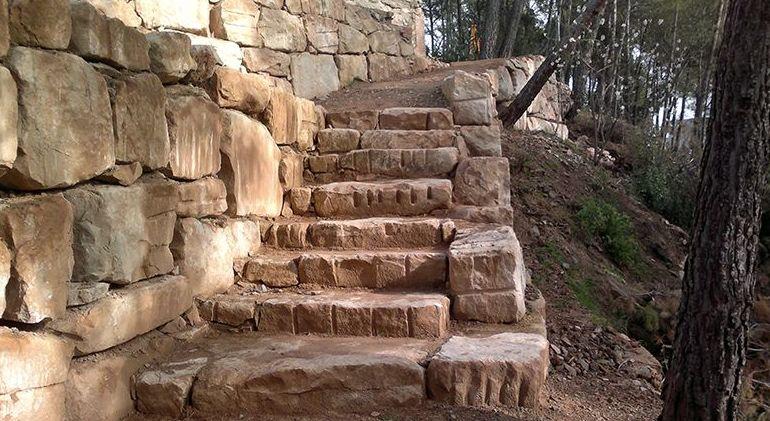 Escalera de rocalla para acceder a los distintos niveles de su parcela