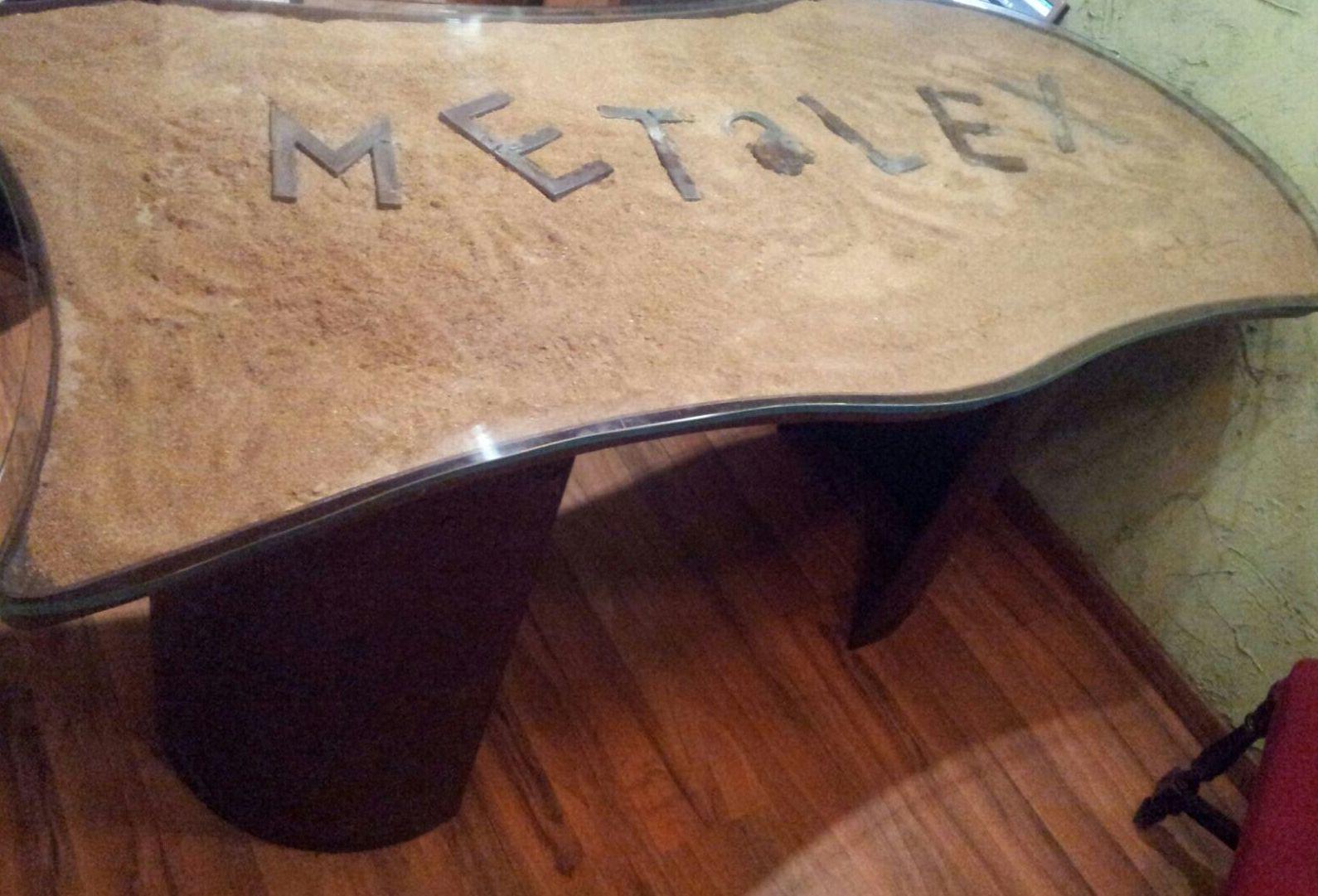 Mesa en acero corten, con patas curvadas y oxidada. Personalizada.