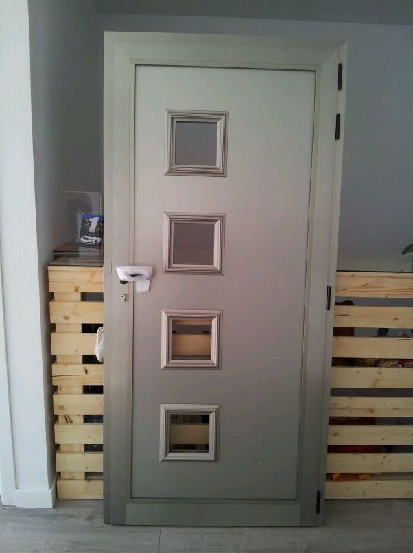 Puerta de aluminio con doble panel.