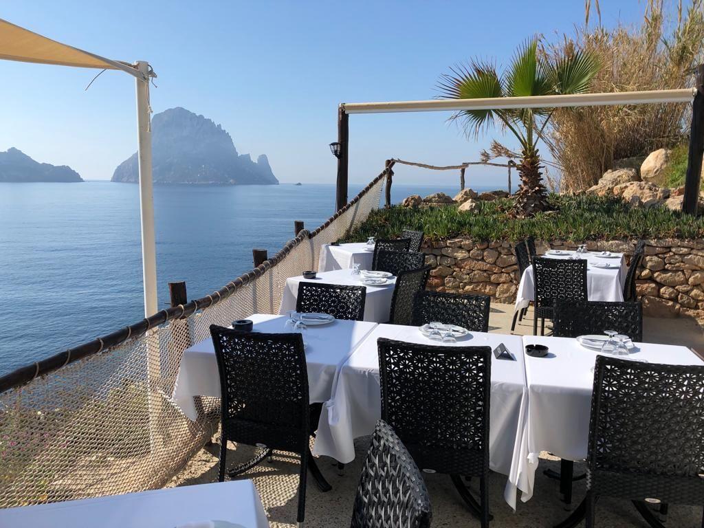 Restaurante ibicenco con vistas al mar