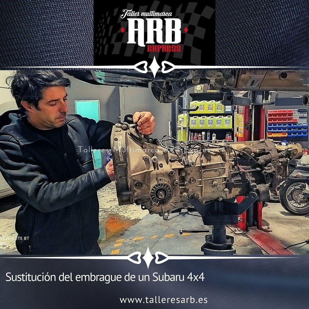 En el taller, sustituyendo el embrague de un Subaru 4x4