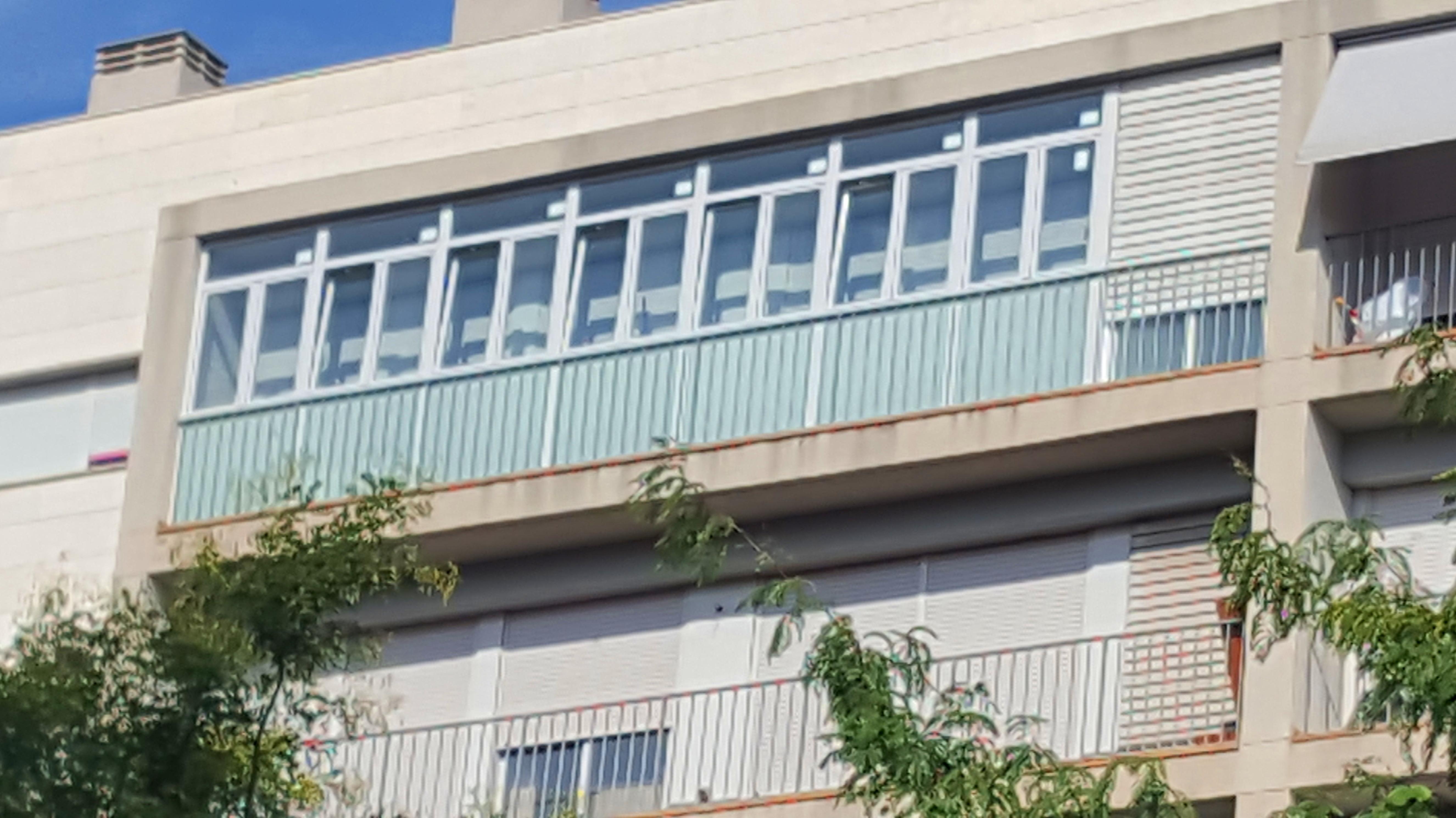 Cerramiento de aluminio con ventanas oscilobatientes en Alcorcón