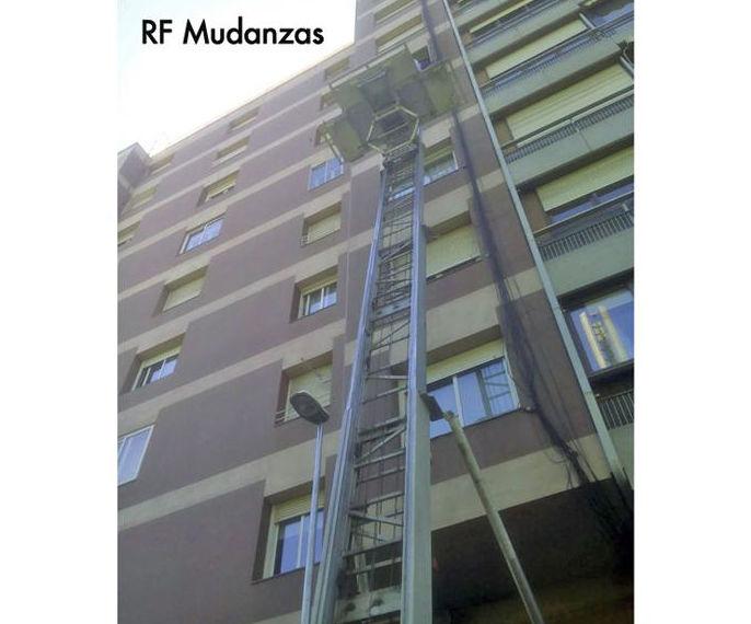 Grúa elevadoras de muebles por fachadas Barcelona.