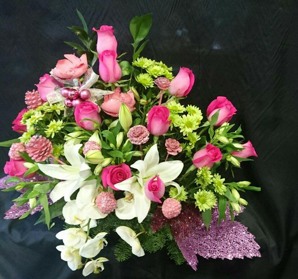 Centro de rosas, orquídeas, lilium y margaritas en Barakaldo