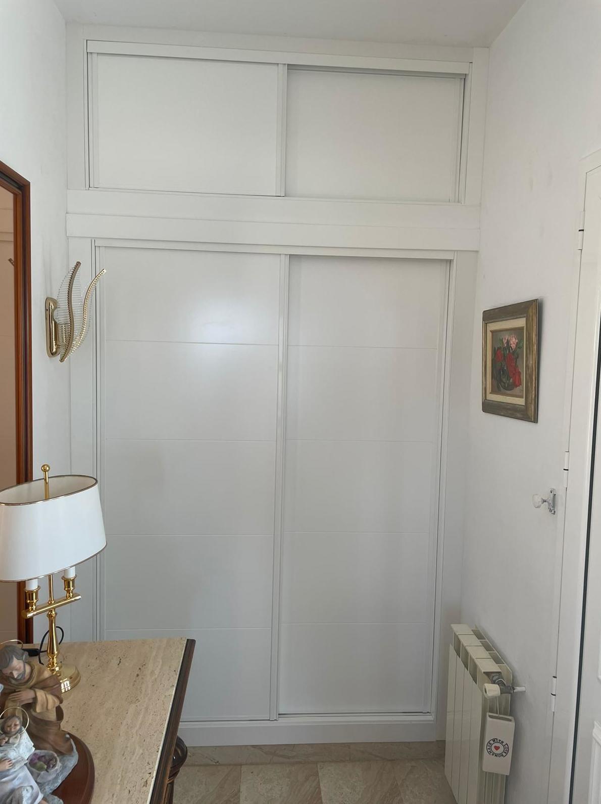Recibidor lacado blanco modelo 4 rayas con puertas correderas