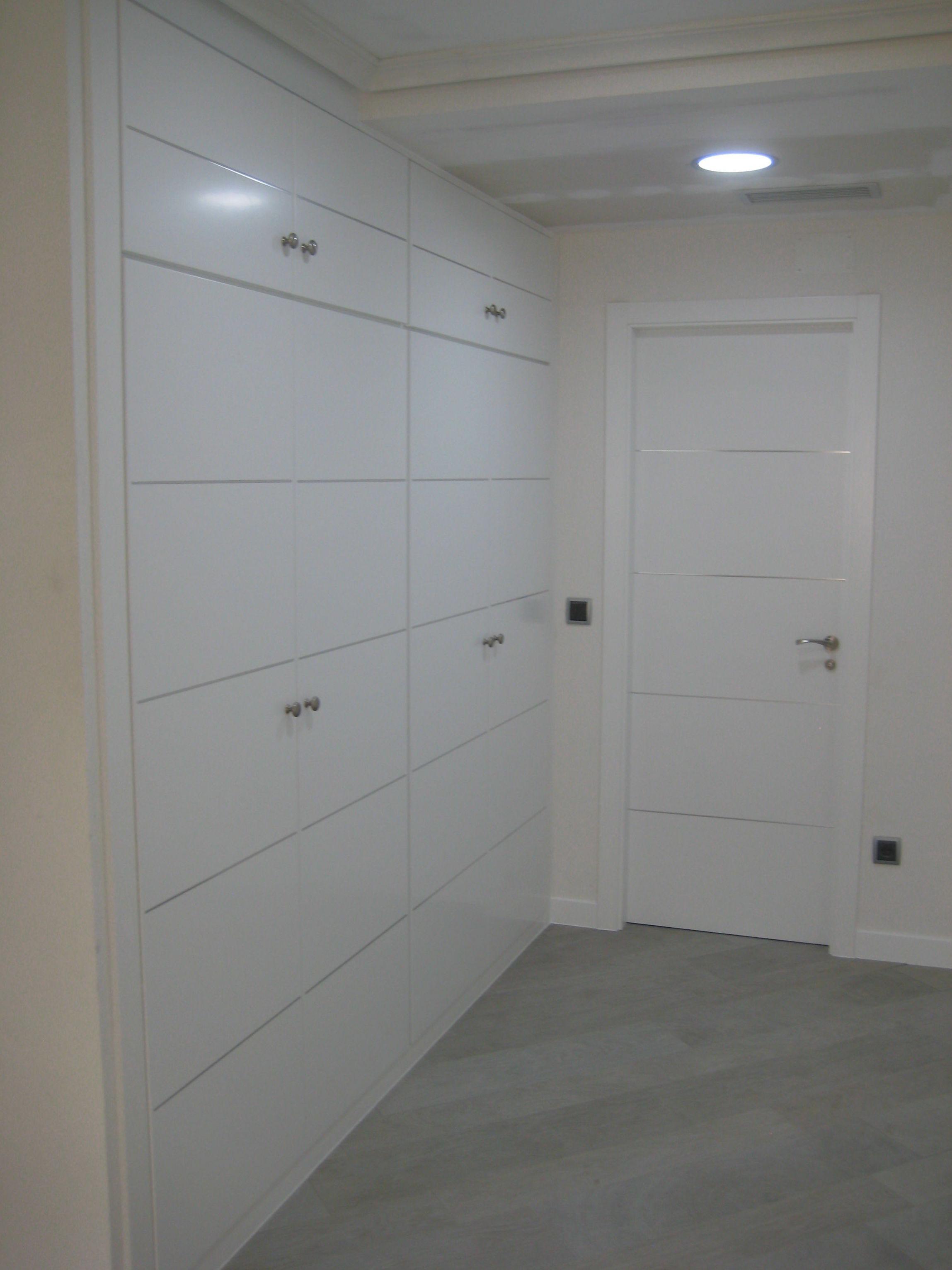Armario vestidor lacado en blanco detalle aluminio