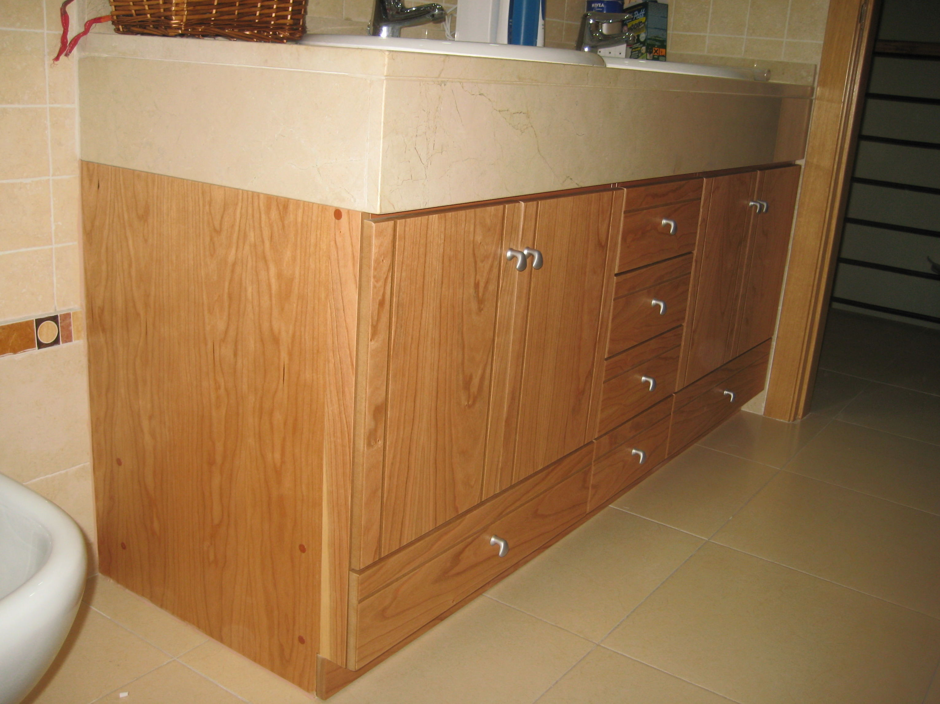 mueble de baño bajo encimera a medida madera de cerezo