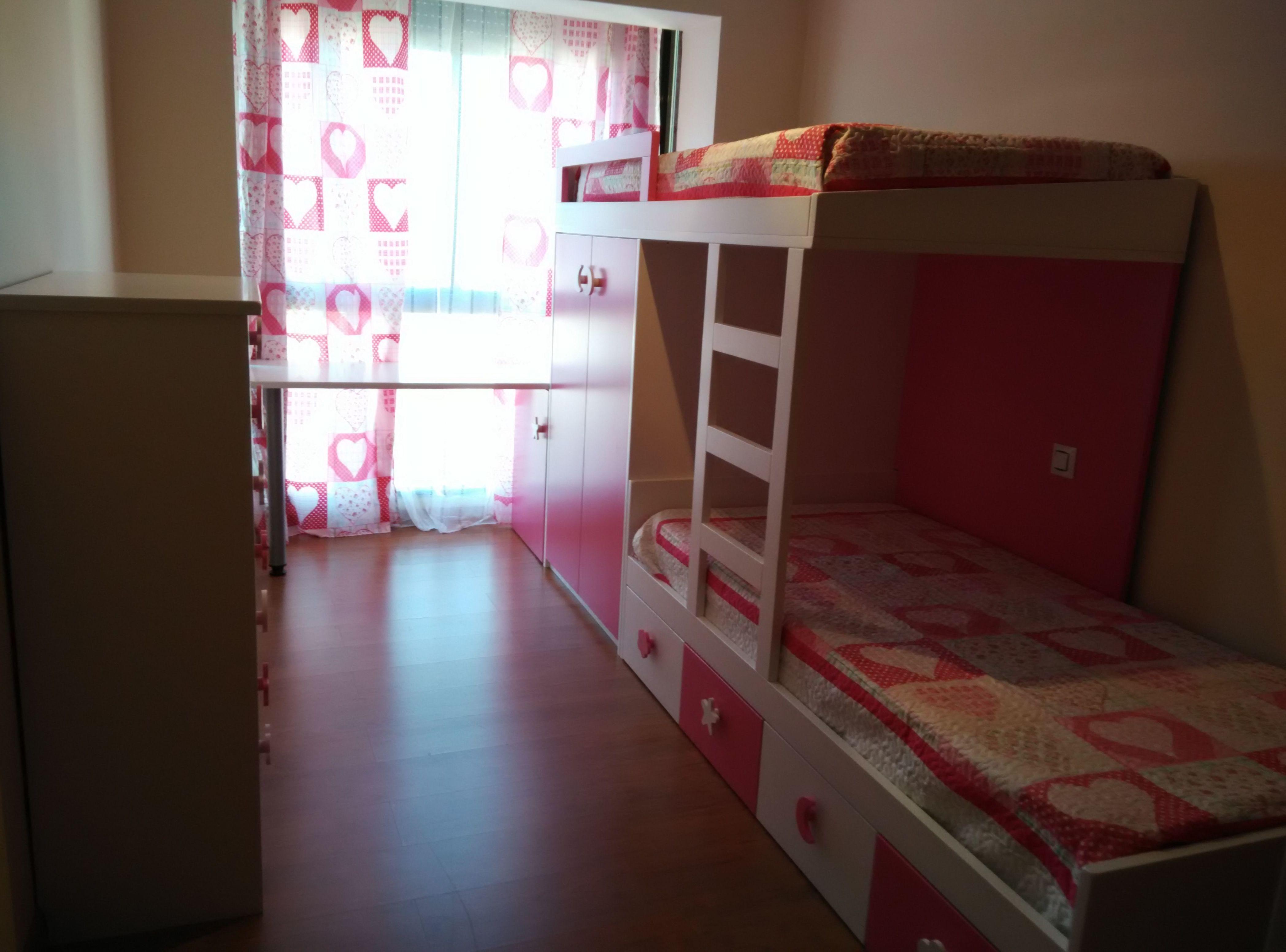 Dormitorio infantil con cama tren mod. fresa y nata