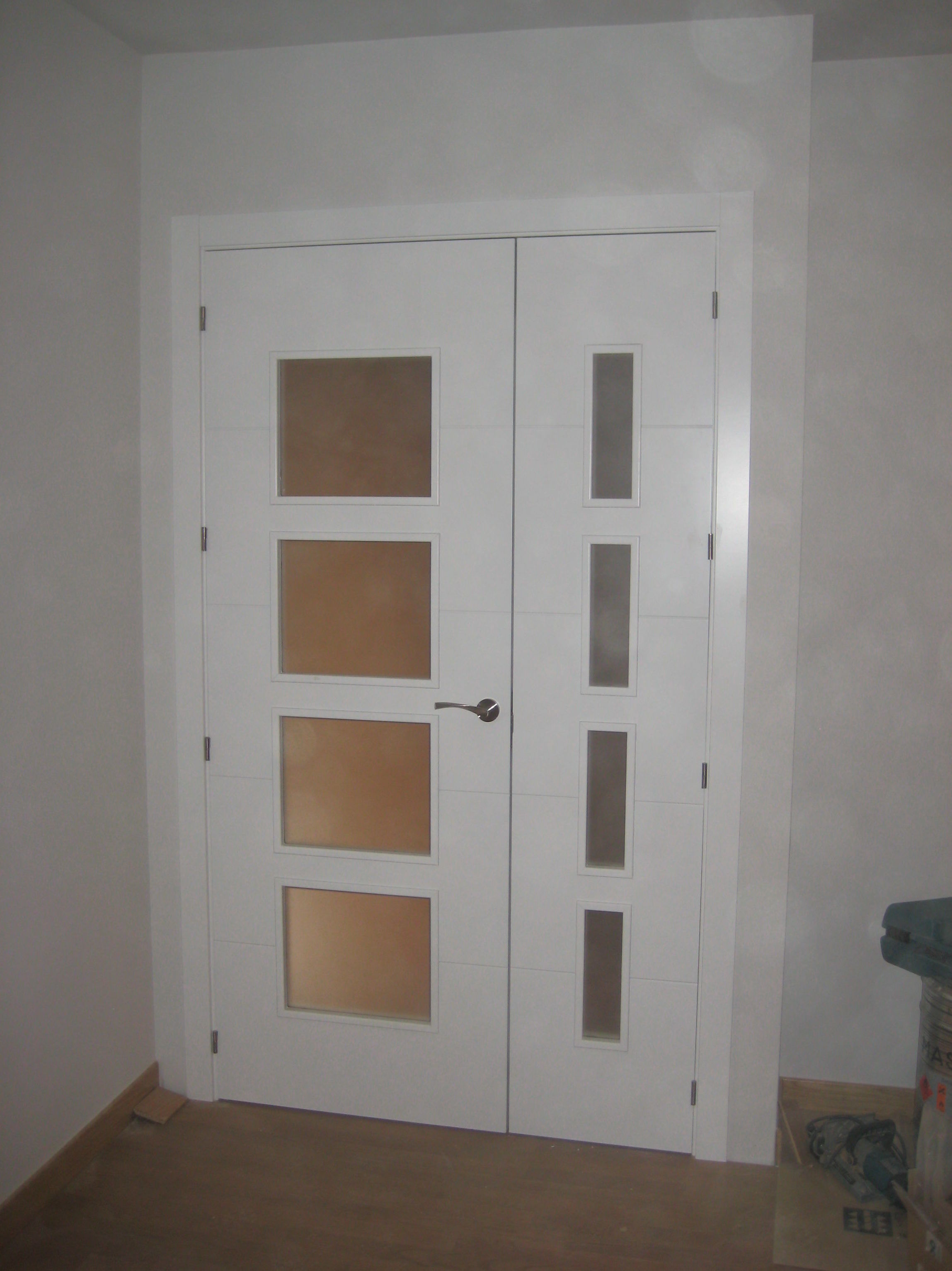 Puerta doble de salón modelo 4 rayas V4 lacada en blanco