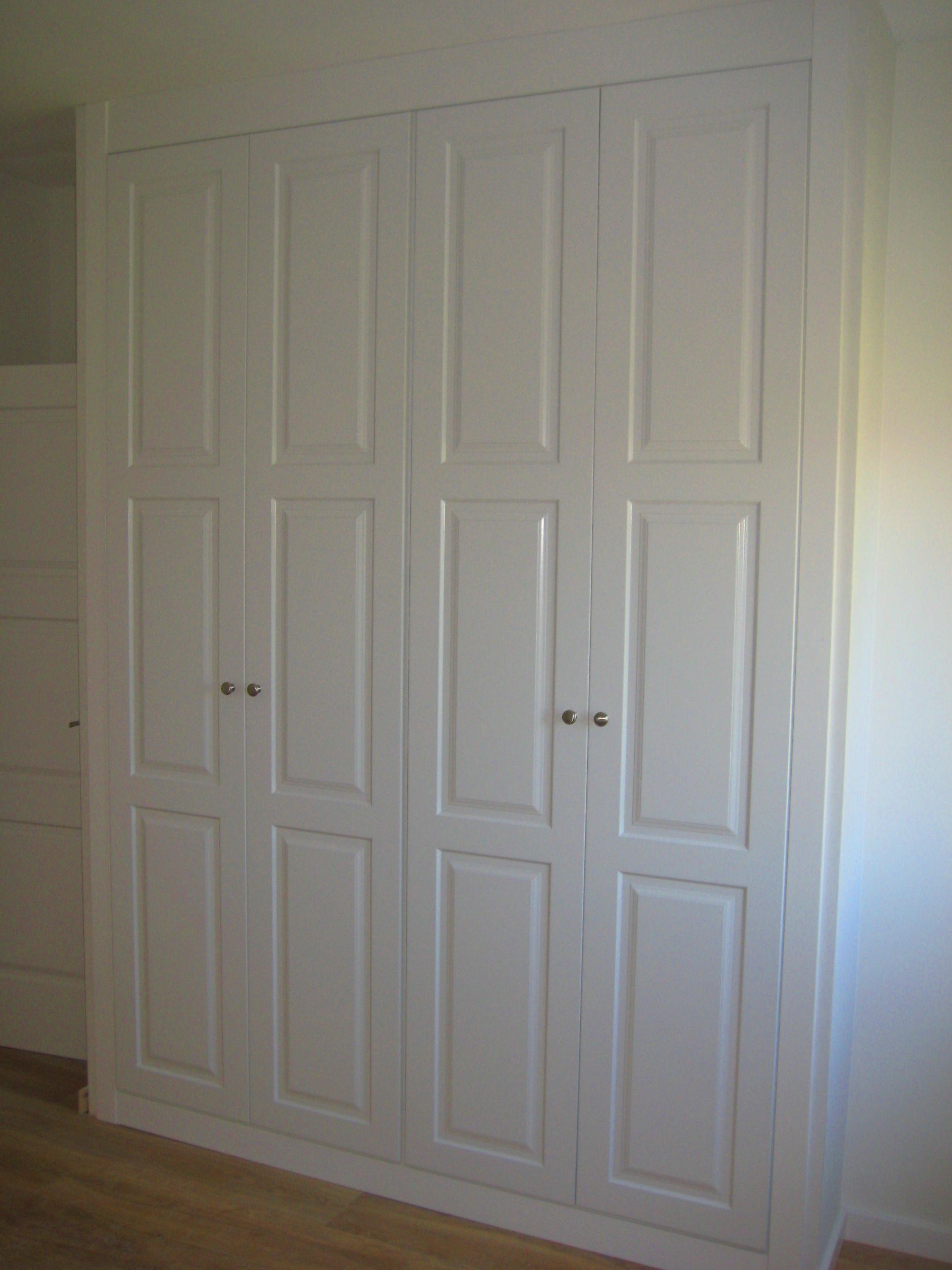 Precioso armario lacado en blanco con puertas abatibles.