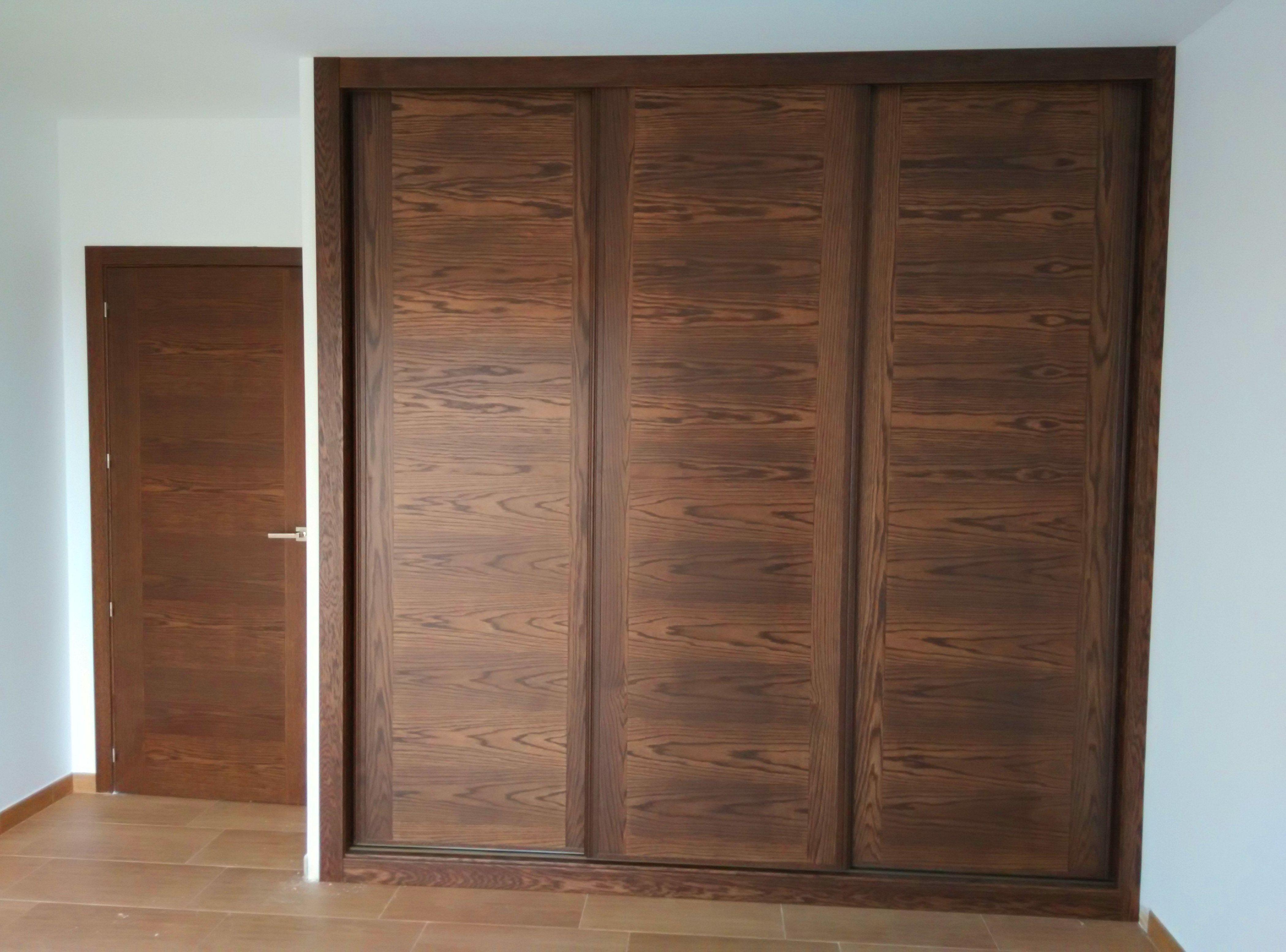 Armario a medida de puertas correderas de roble teñido en nogal.