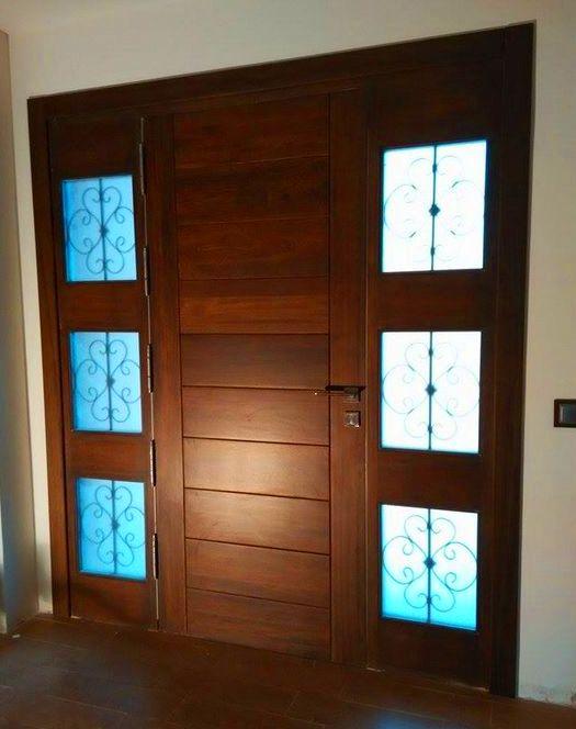 Terminando de instalar esta preciosa puerta de entrada