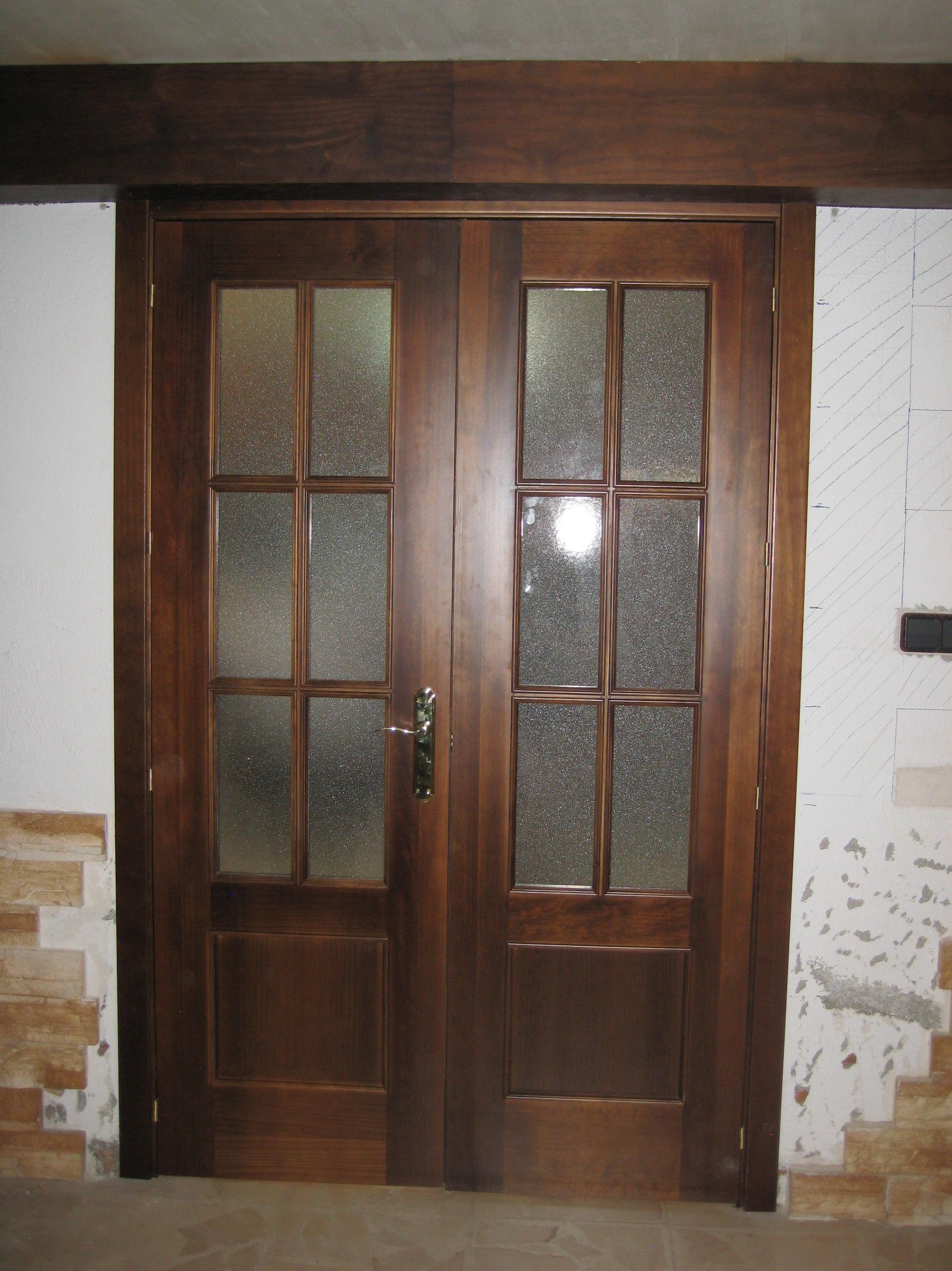 Puerta doble de salón modelo Construcción de pino teñido en nogal