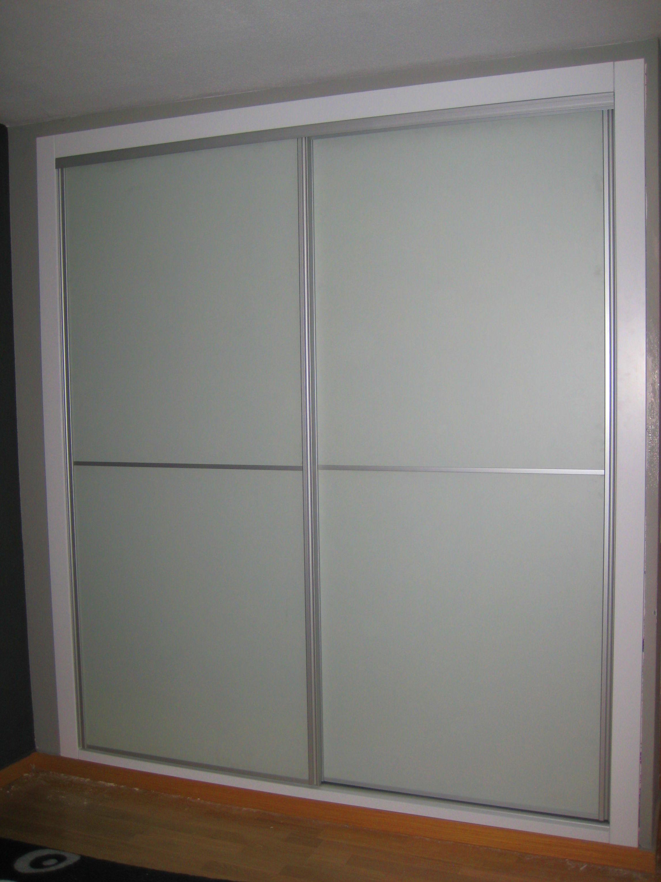 Frente de armario de puertas correderas con cristal opaco sobre fondo blanco. #armario