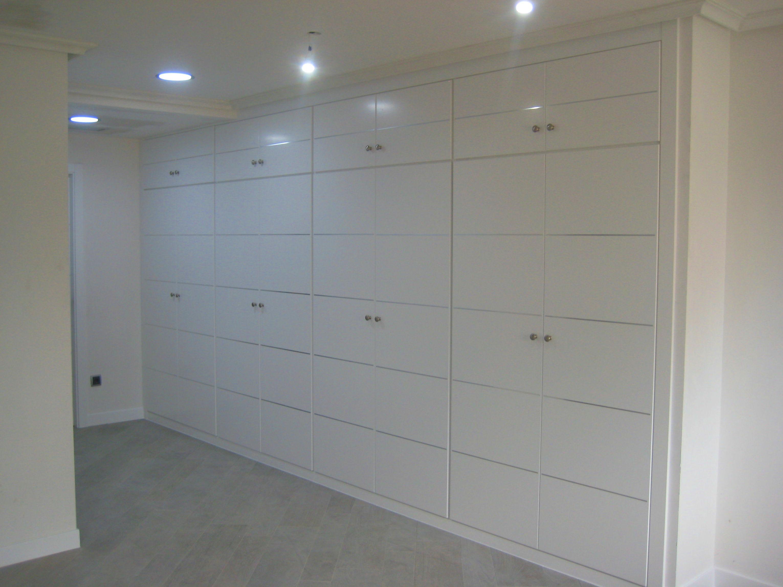 Armario vestidor lacado en blanco con incrustaciones de aluminio.
