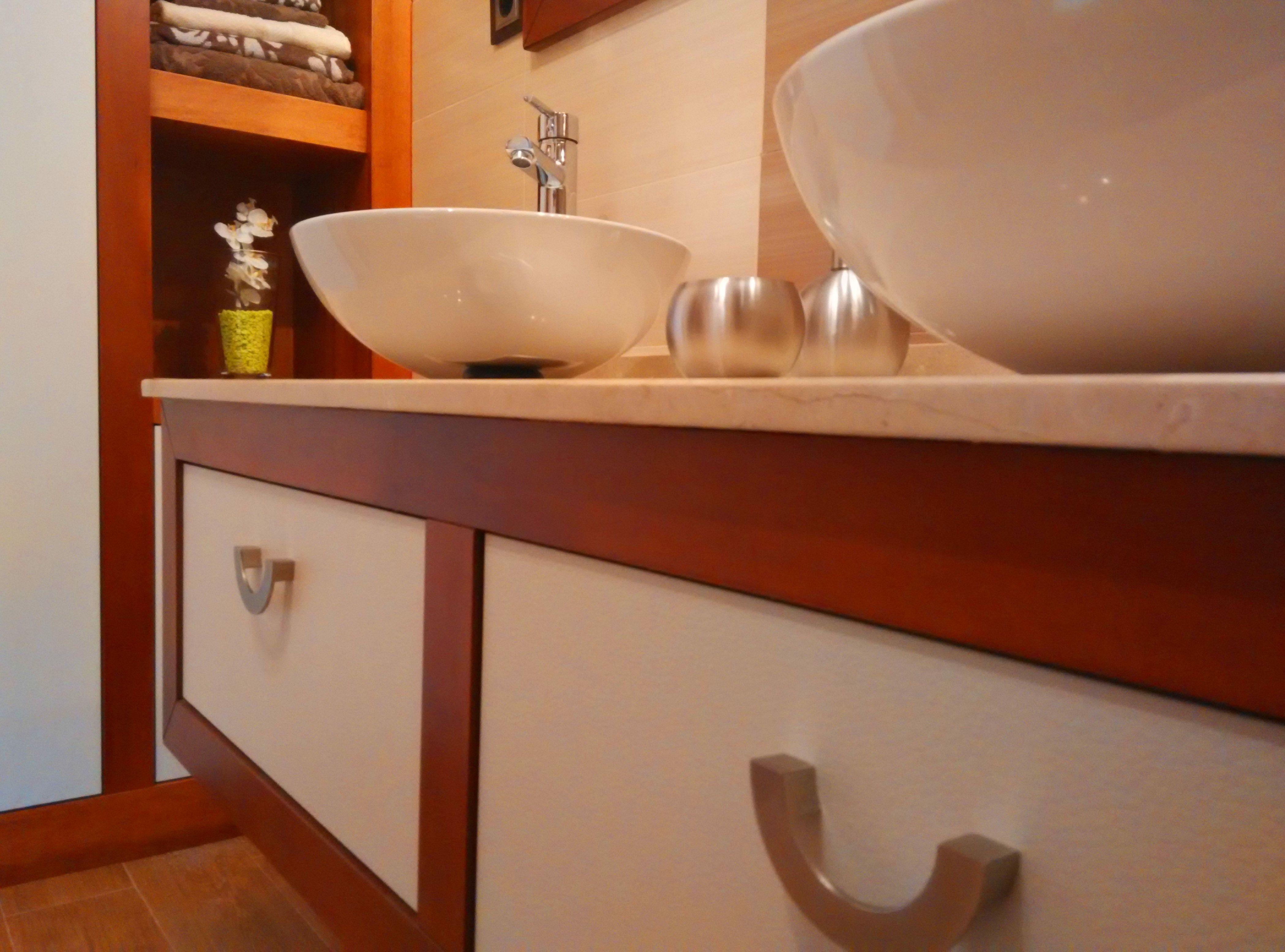 Mueble de baño cerezo y blanco efecto cuero