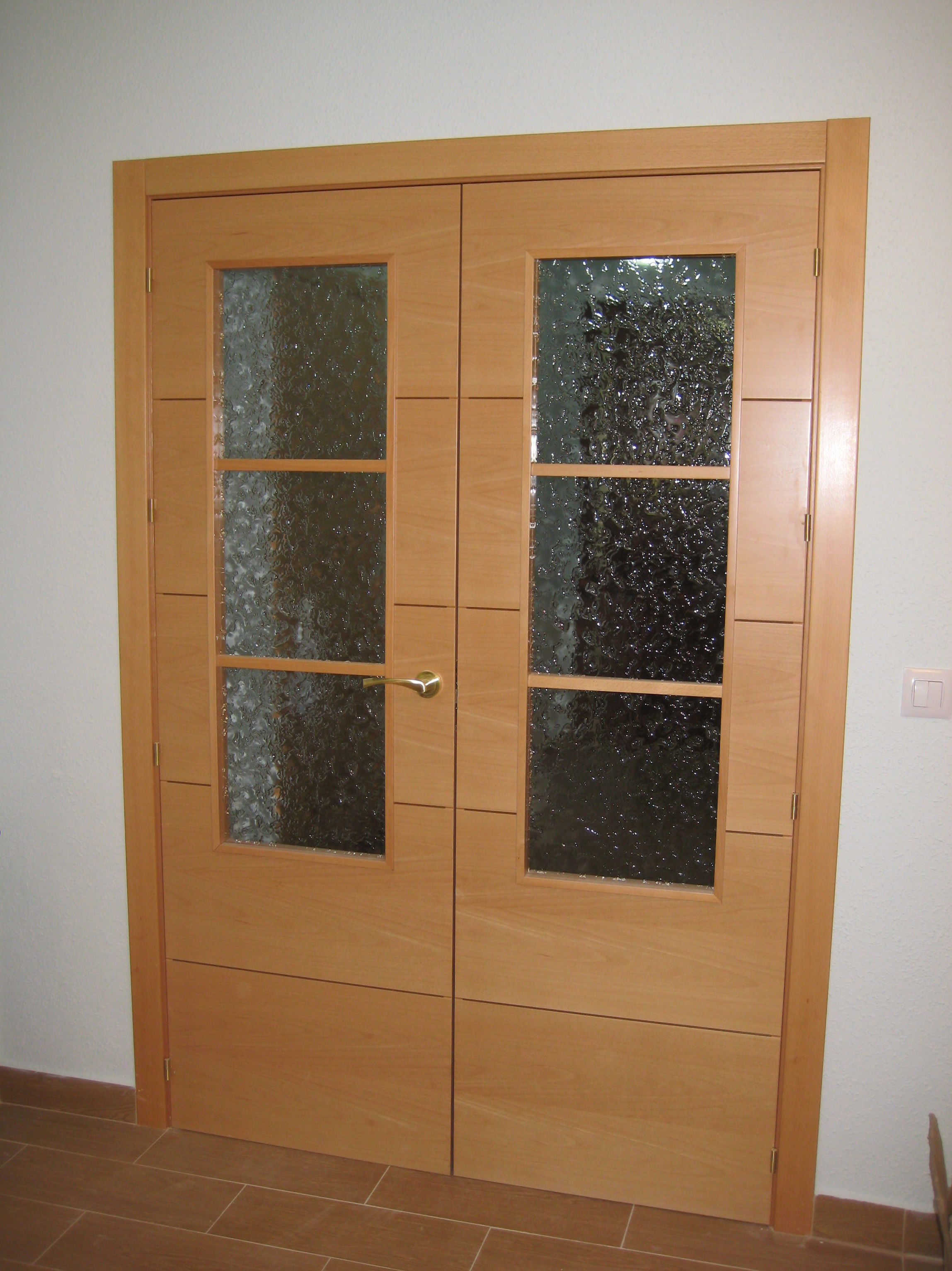 Puerta doble de salón modelo 4 rayas V3 en haya vaporizada