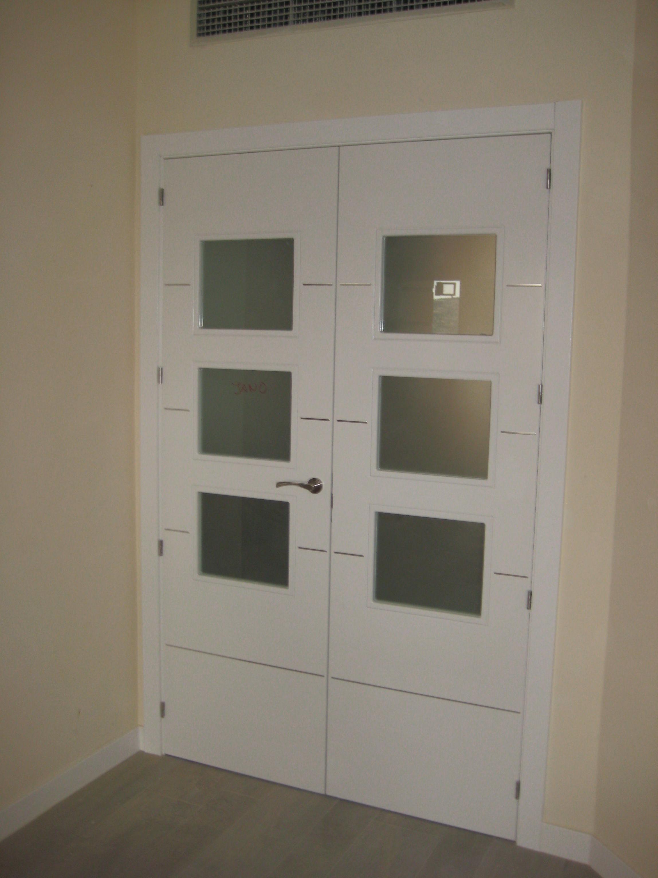 Puerta doble de salón modelo 4 rayas V3 de aluminio lacada en blanco