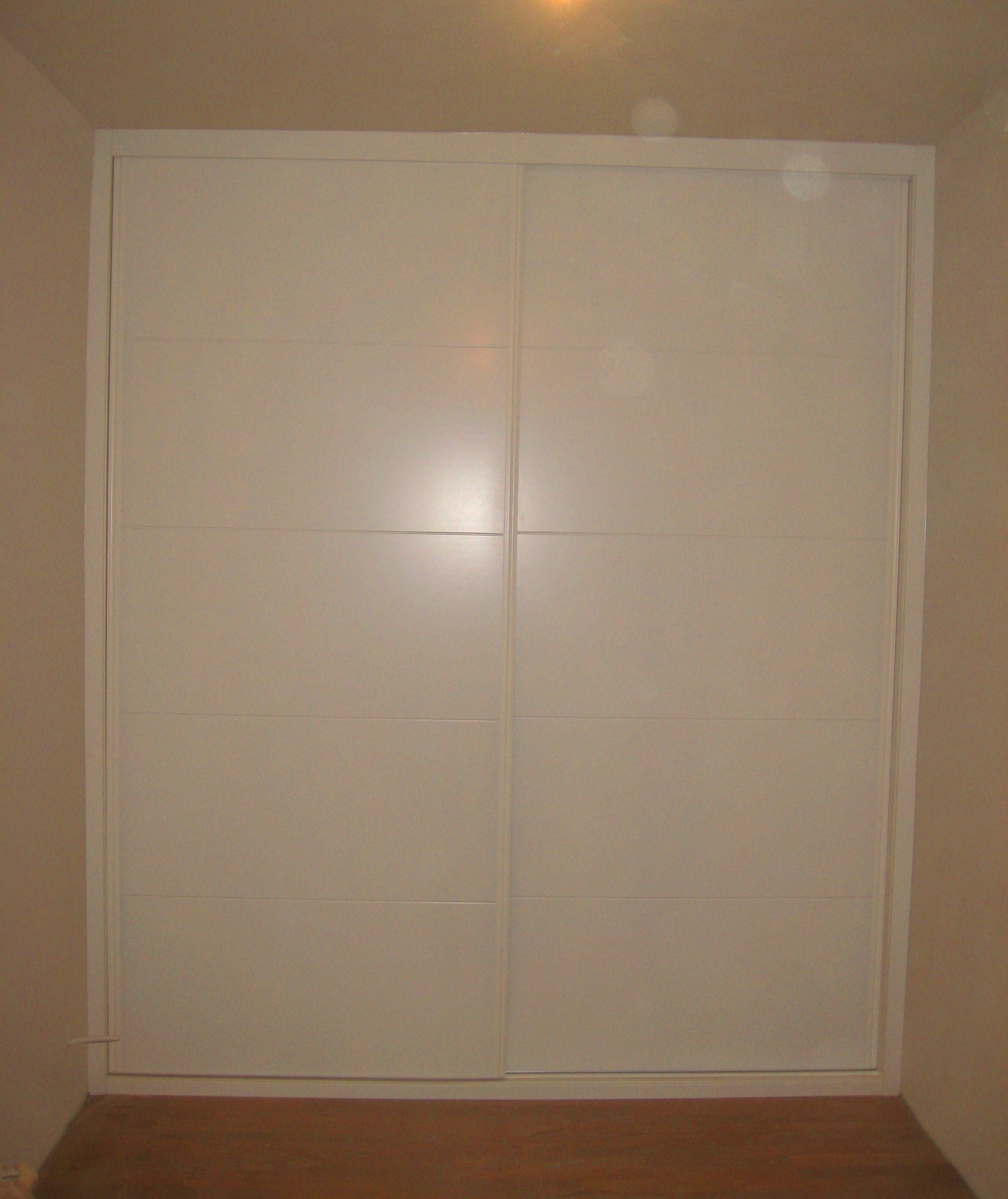 Frente de armario lacado en blanco mod. 9005 con perfil tirador de aluminio color blanco.