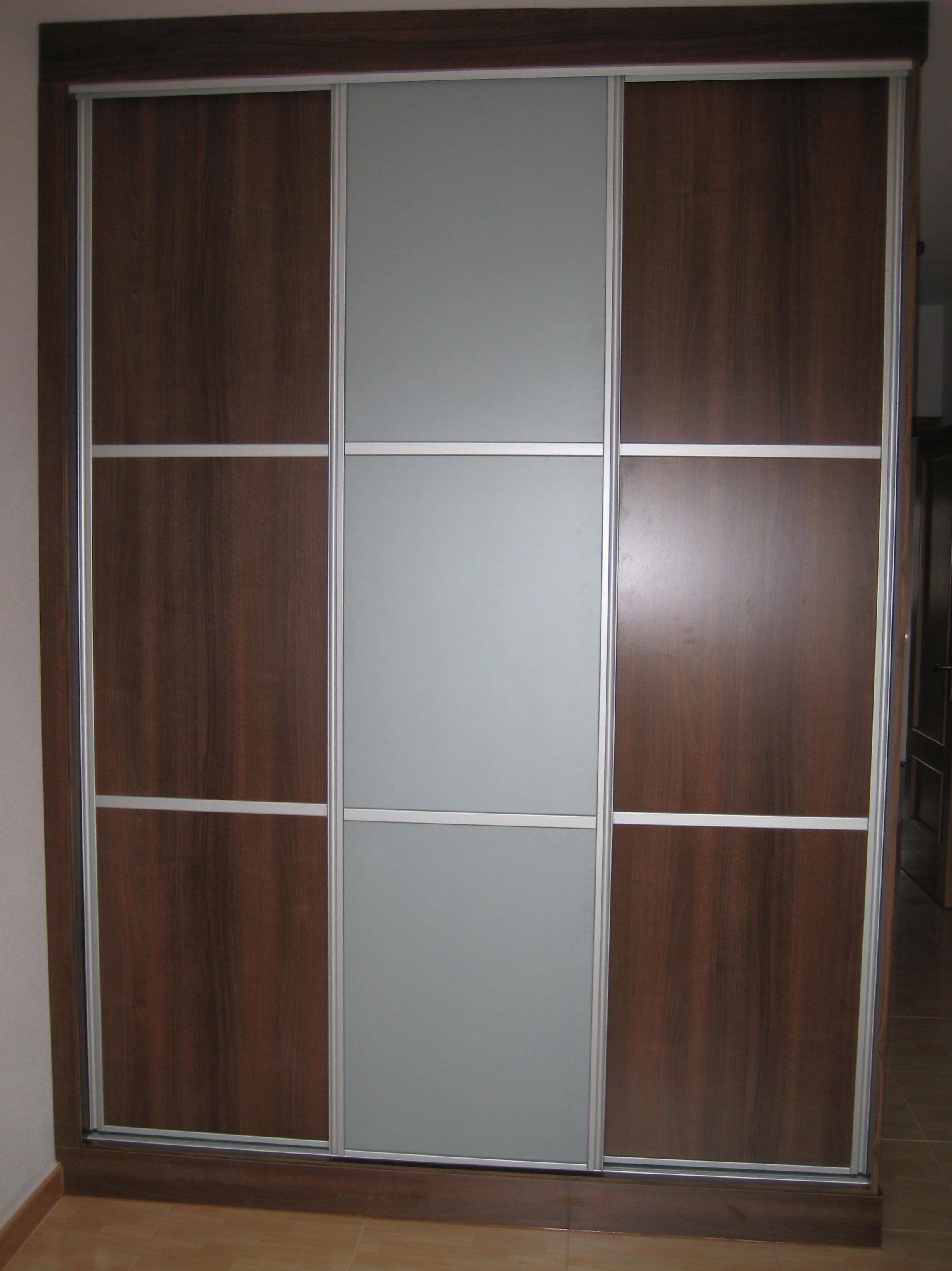 Frente de armario color nogal y cristal opaco con fondo gris