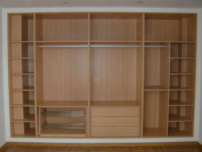 Interior de armario a medida en color haya.