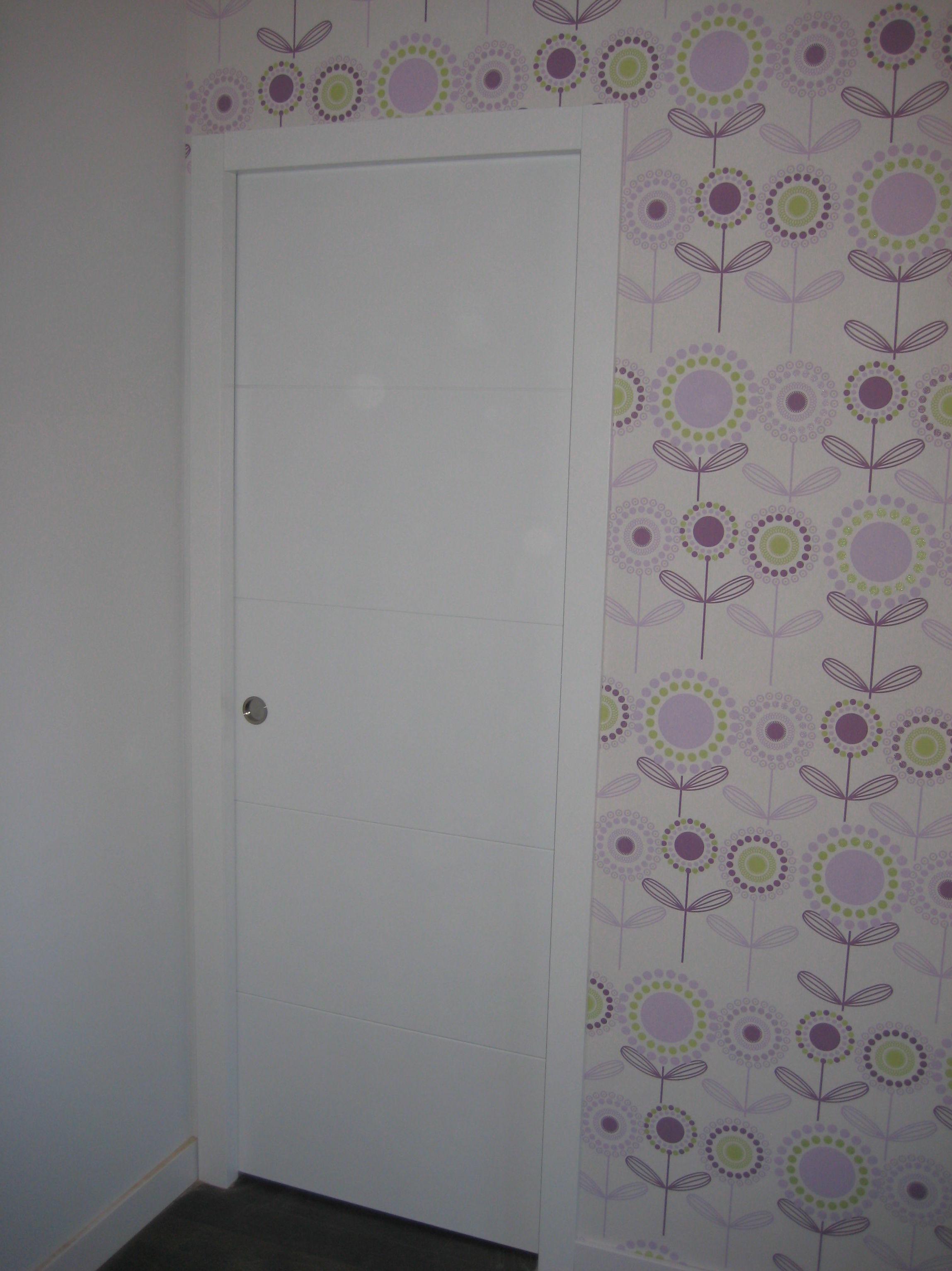 Puerta corredera modelo 4 rayas lacada en blanco