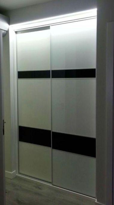 Frente de armario en melamina de alto brillo blanca y cristal lacobel negro