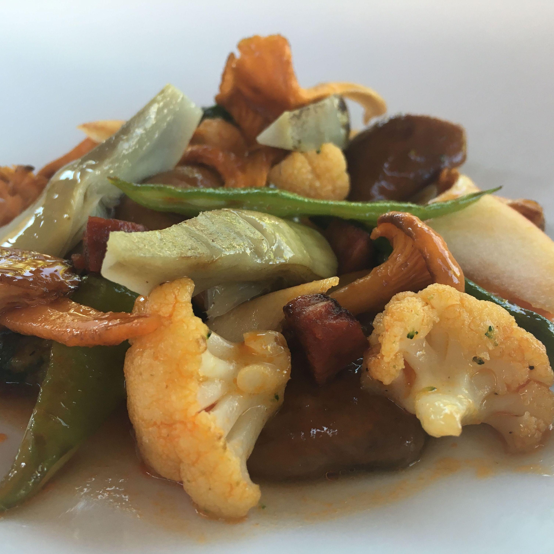 Menestra de verduras y ajoarriero de chorizo ahumado