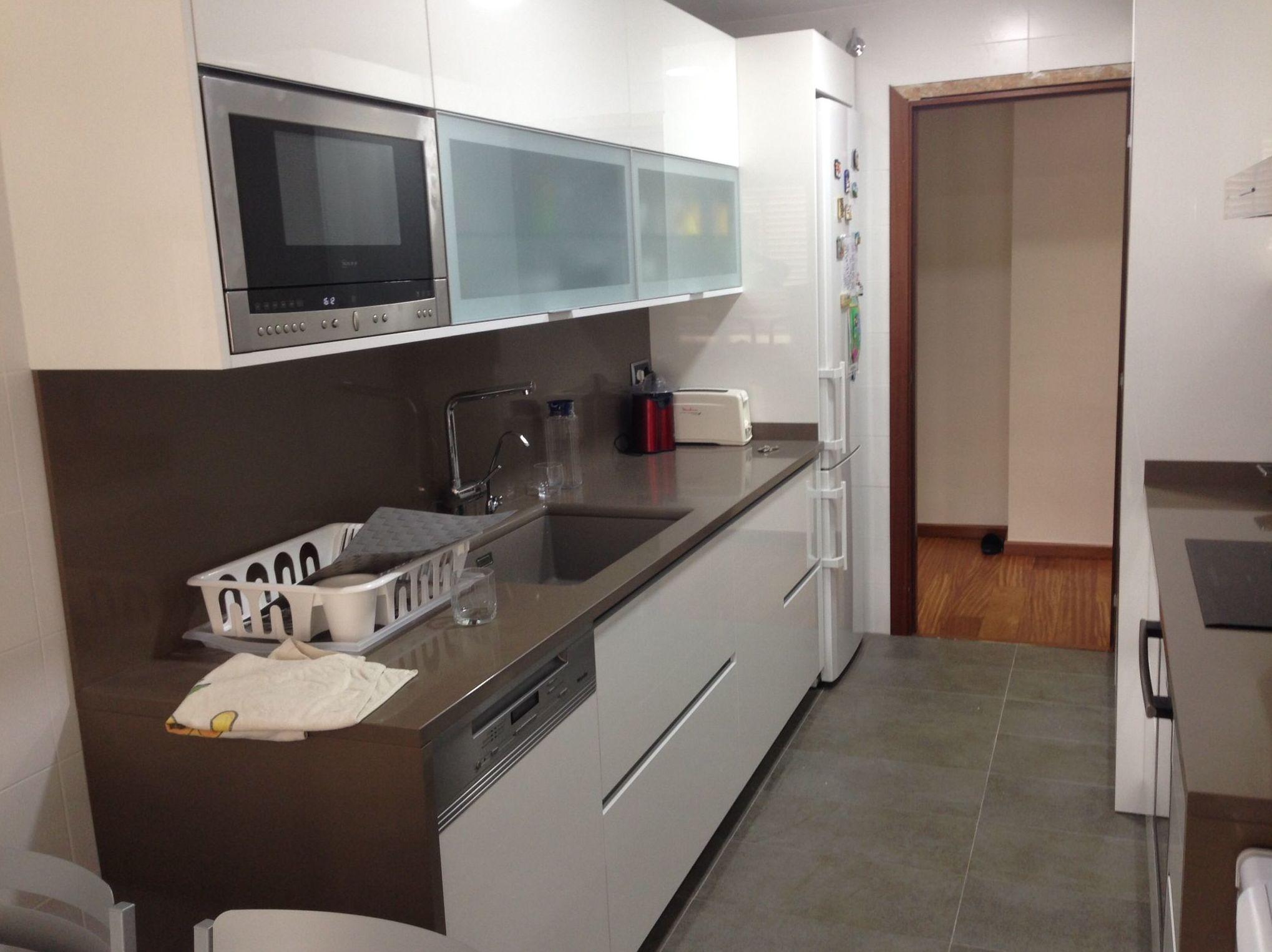 Muebles de cocina en tonos blanco y marrón