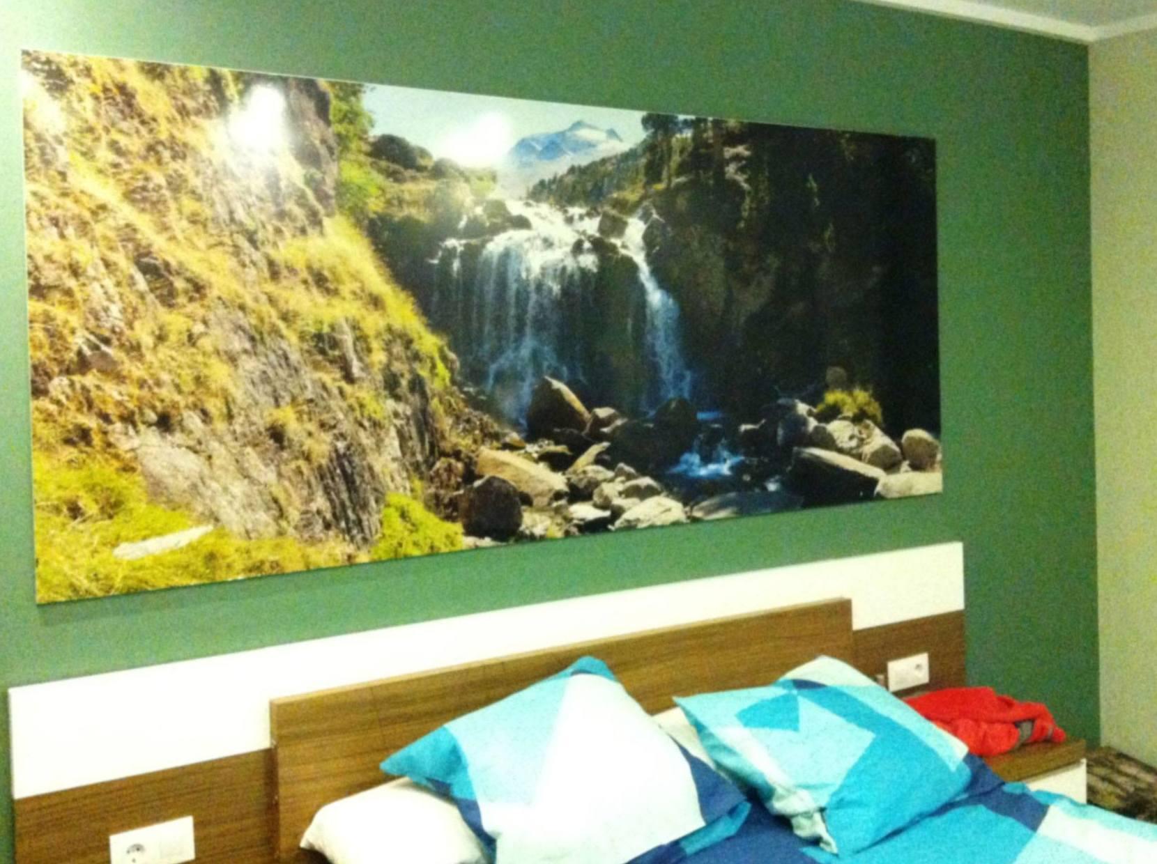Dormitorio con cascada