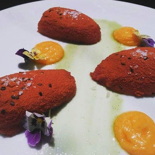 Tomate confitado relleno y gazpacho de papaya