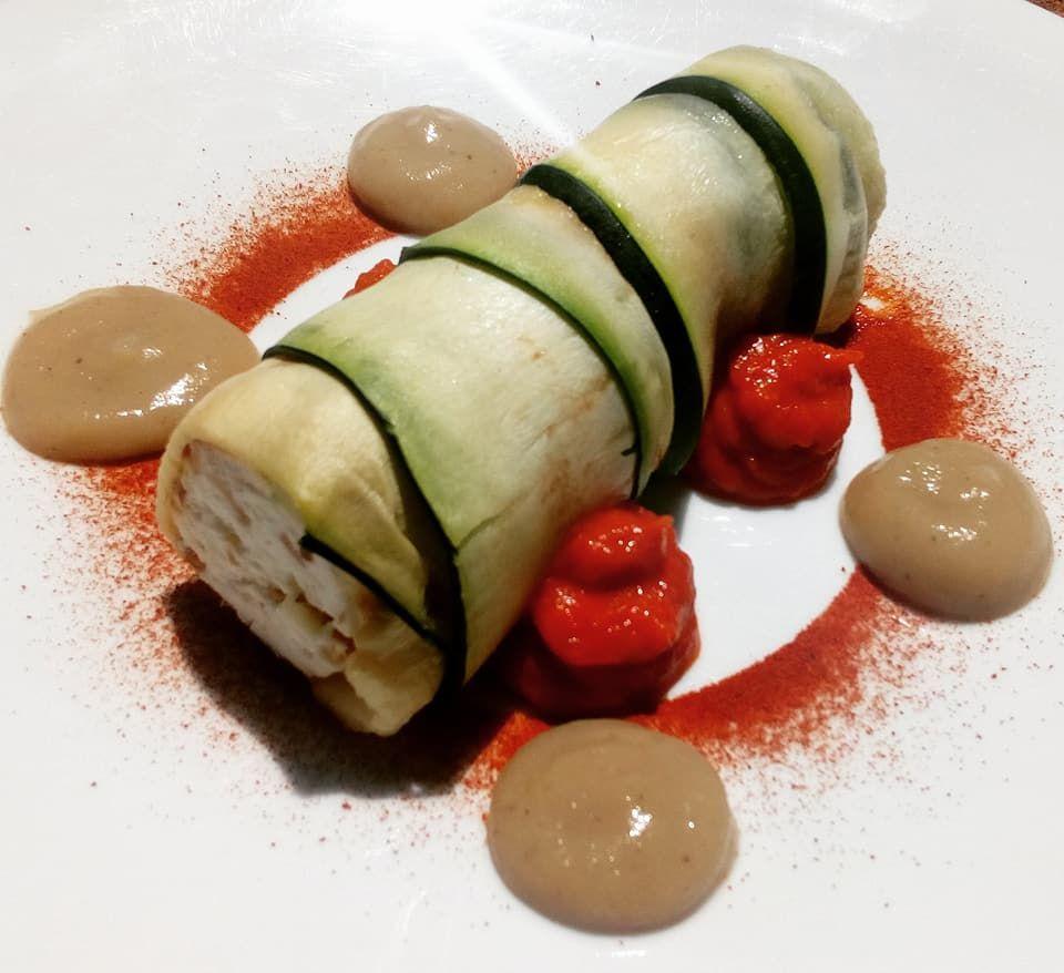 Canelón de calabacín relleno de queso y almendras con berenjena ahumada y tomate