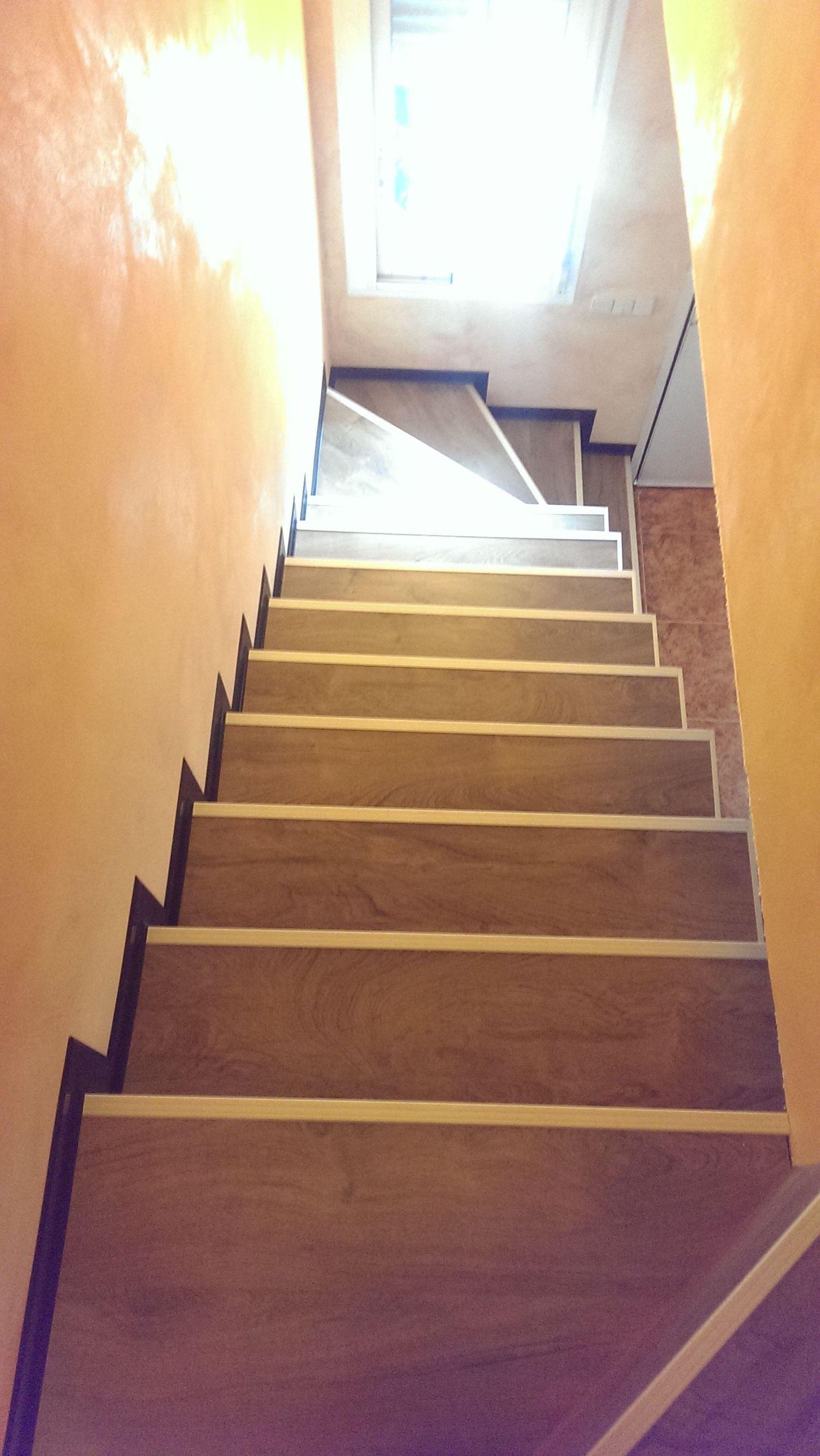 Escalera de tarima laminada con perfil en aluminio en Getafe
