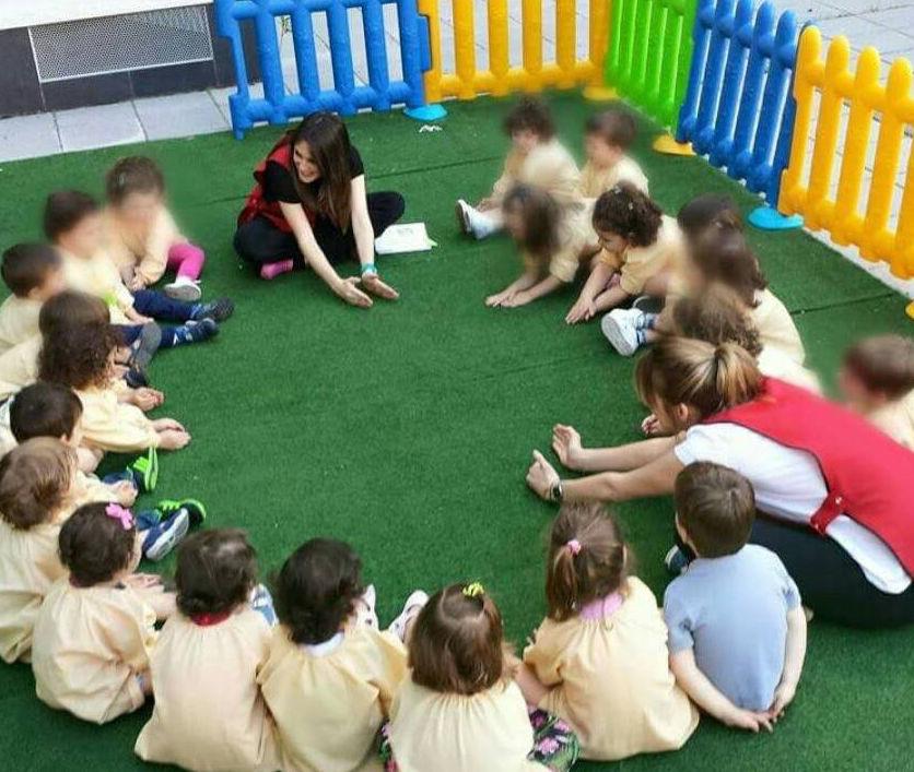 Escuela infantil con patio exterior