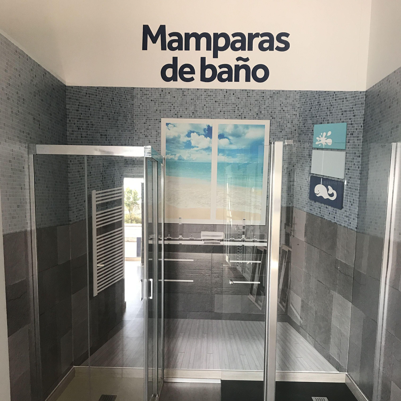 MAMPARAS DE BAÑO EN EXPOSICIÓN
