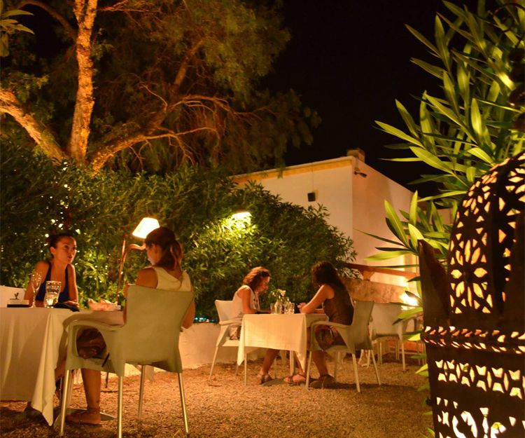 Terraza exterior para cenar en Ibiza