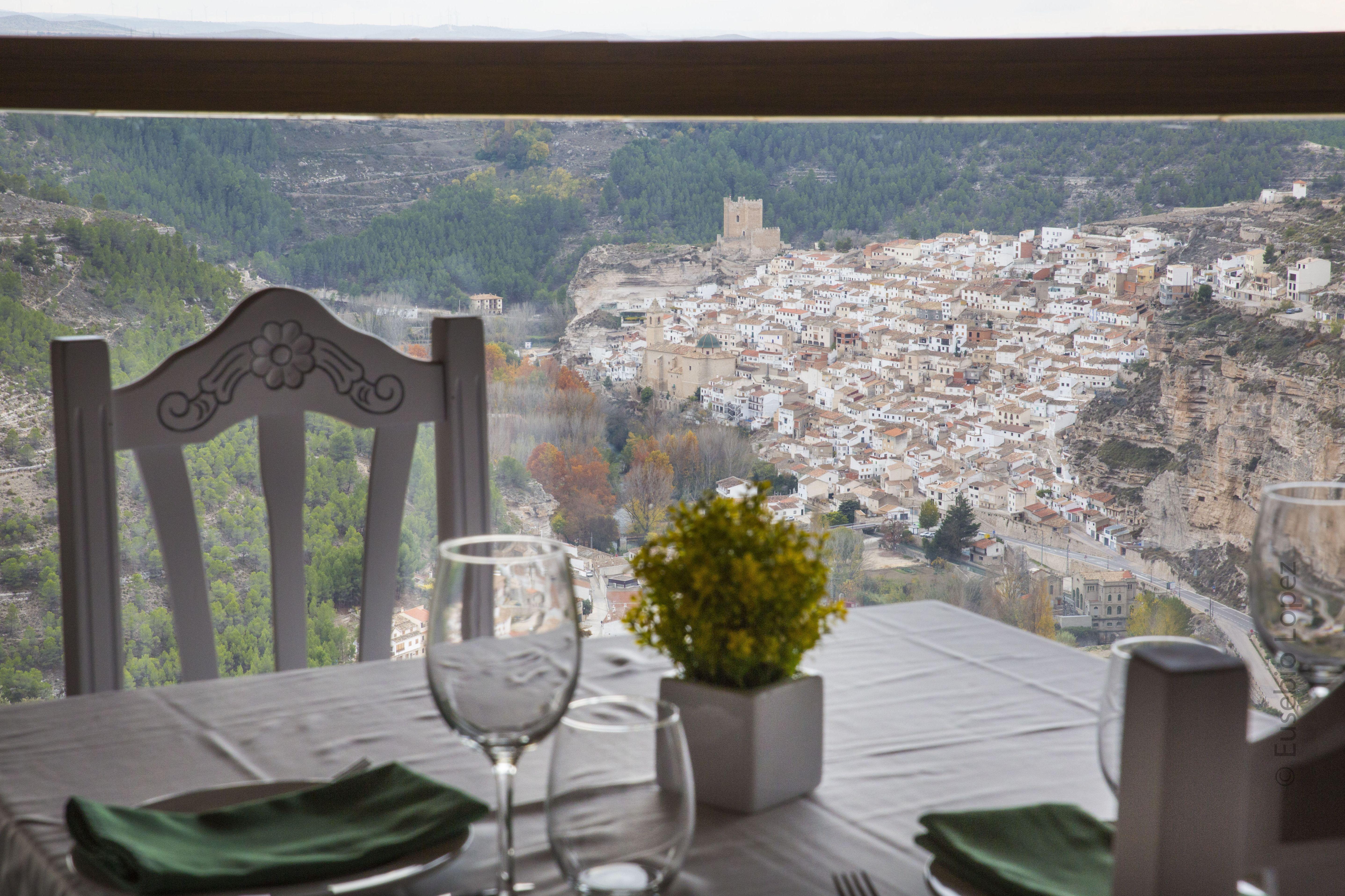 Mesa de nuestro restaurante con una gran vista del pueblo