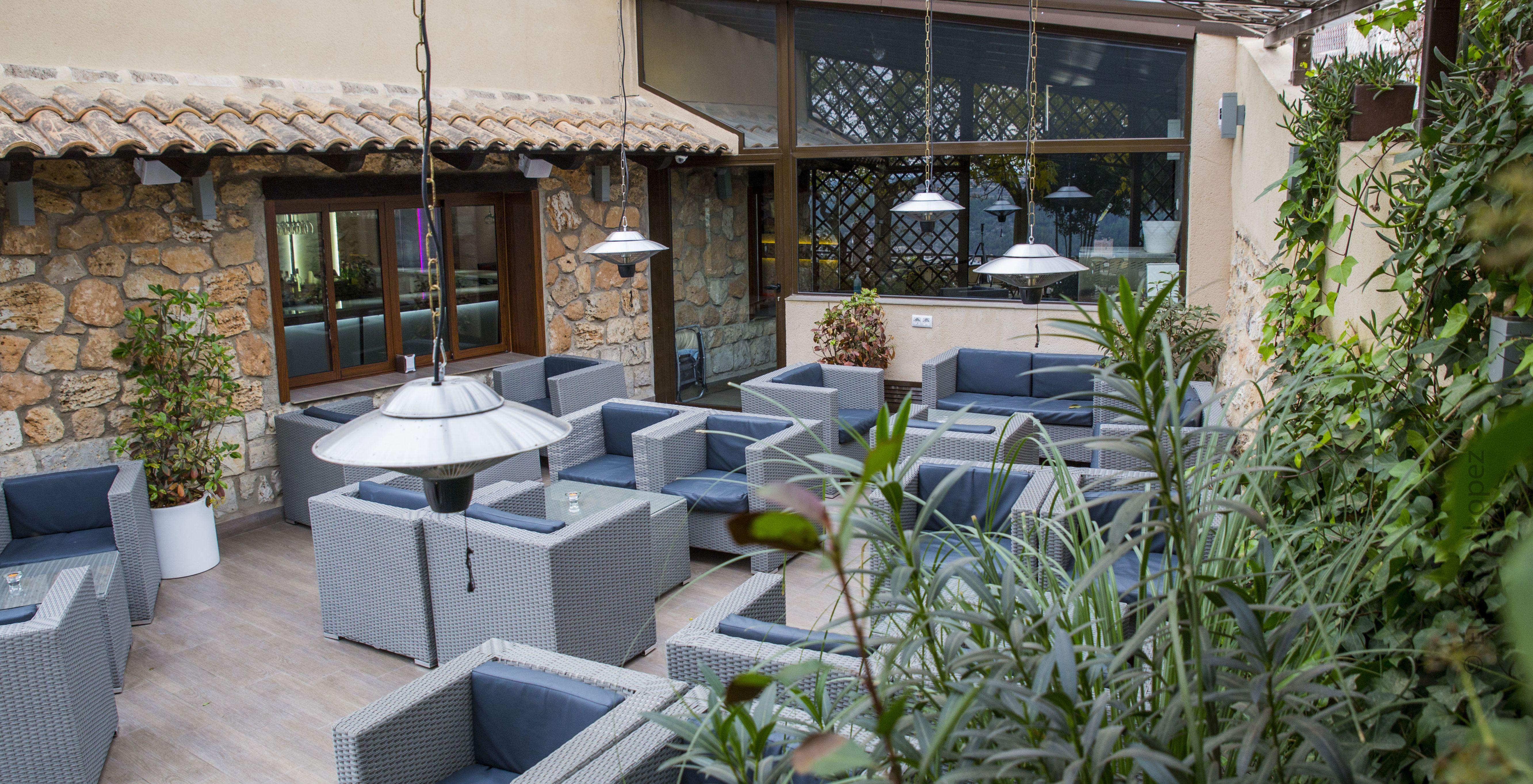 Amplia terraza con sillones